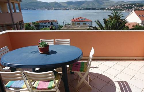Two-Bedroom Apartment Okrug Gornji with Sea View 02