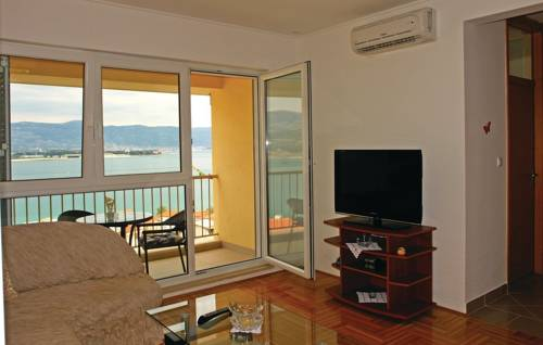 Two-Bedroom Apartment Misevac with Sea View 07