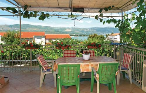 One-Bedroom Apartment with Sea View in Mastrinka